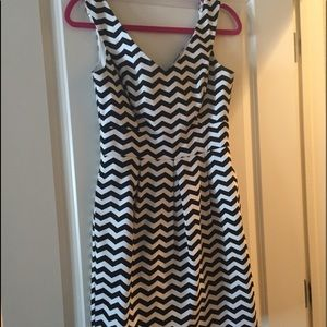 Zig zag bl and wh dress. Mid calf length, fitted